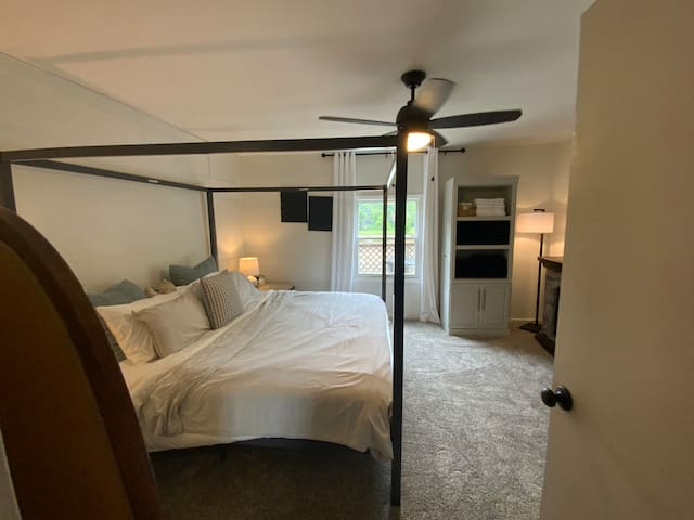 The main bedroom, including a King size bed!