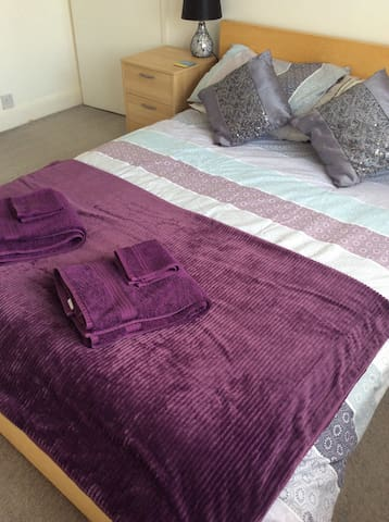 Double room 1.5 miles from UKC.