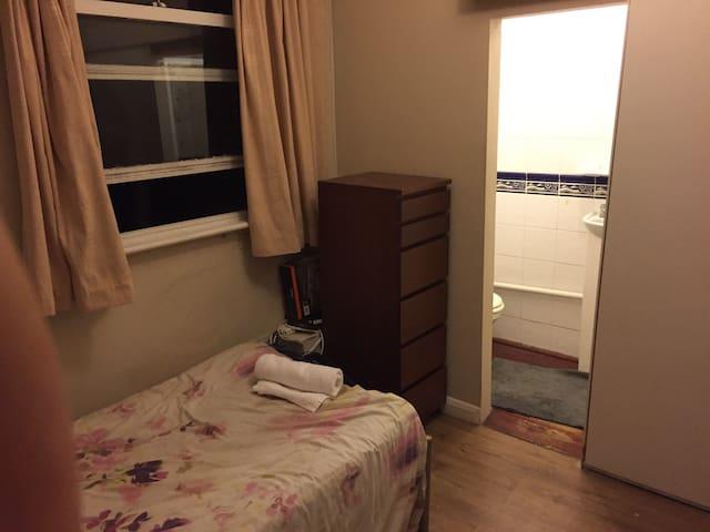 Small and cosy studio in Teddington