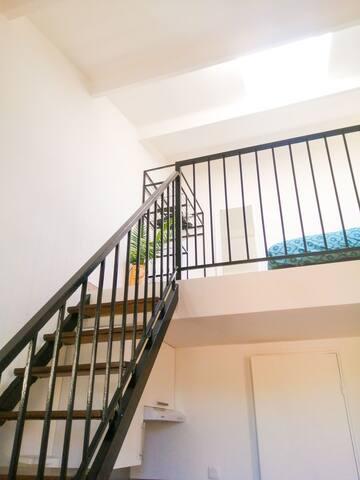 L'escalier menant à la mezzanine.