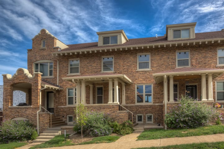 Large Townhome in Hot Walkable District Near UNMC!