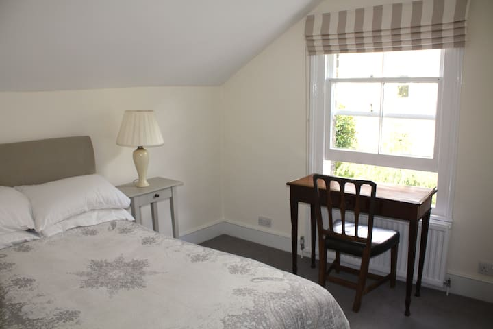 Lovely room with private bathroom in Parsons Green