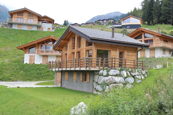 Superb new chalet, built in 2010, in the middle of the ski resort of Tzoumaz.