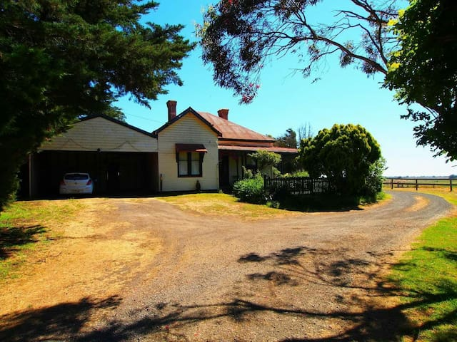 Charming 1890's Farmhouse - Cororooke