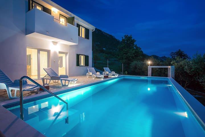 Modern  villa, private heated pool, max privacy!!!