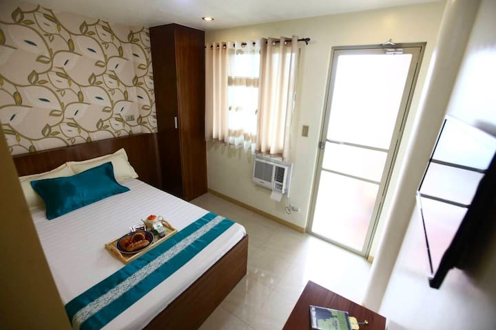 Clean & Cozy Room near OWWA, SM Moa, Airport