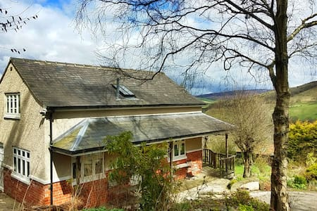 Cosy Tor Top Cottage, Bradwell - House