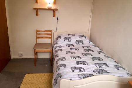 Lovely quiet room in picturesque Devon village