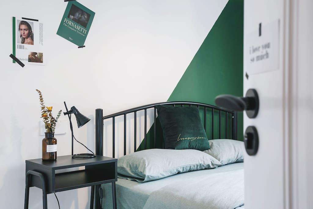 纯棉床品、高级弹簧床垫,助您好眠。