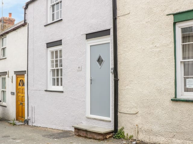 CLOCK COTTAGE, with open fire in Conwy, Ref 984623