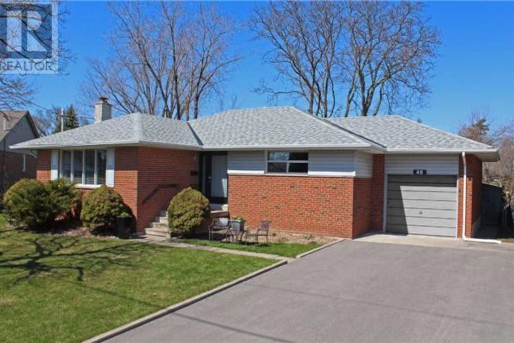 Quiet, bright bungalow on a tree-lined street in exclusive area of Streetsville