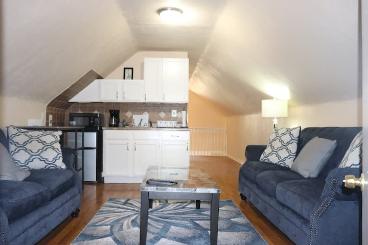 Small upper studio- 5 min to downtown - $350 wkly