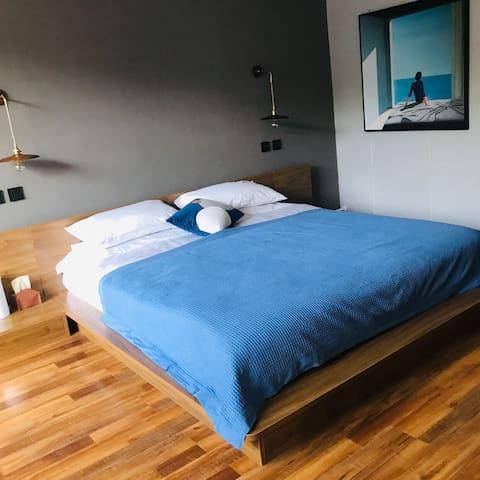 这个是一个大床房,可以睡两个人。如果有个孩子,也可以带一个孩子入住。房间里的卫生每天都会打扫成图片的样子,卫生的问题,虽然不是处女座,但是我还是非常重视的。