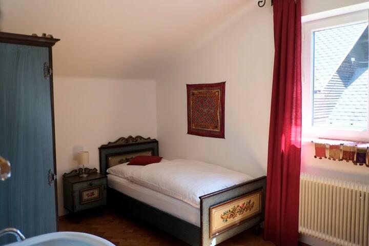 Blaues Einzelzimmer in wunderschönem Landhaus