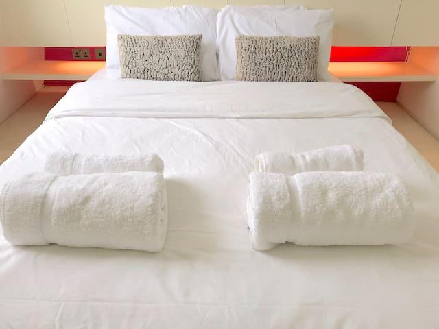 200a150cm (Uk kingsize) bed with organic memory foam mattress, hypoallergenic pillows, duvet