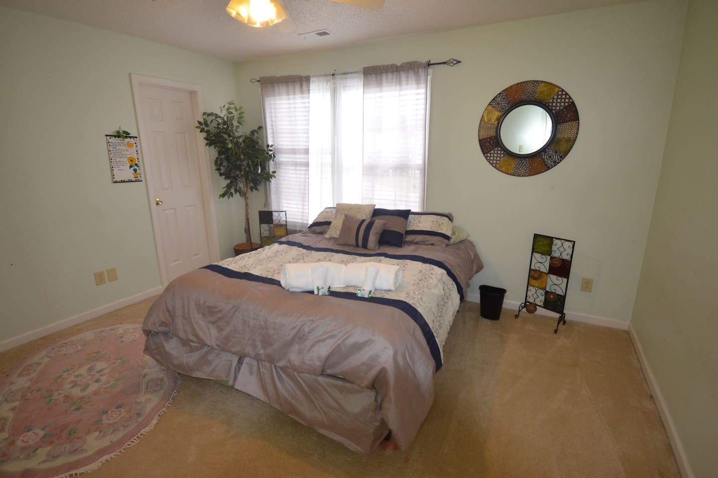 Private room with walk-in closet and perfect natural lighting. Did somebody say good sleep?