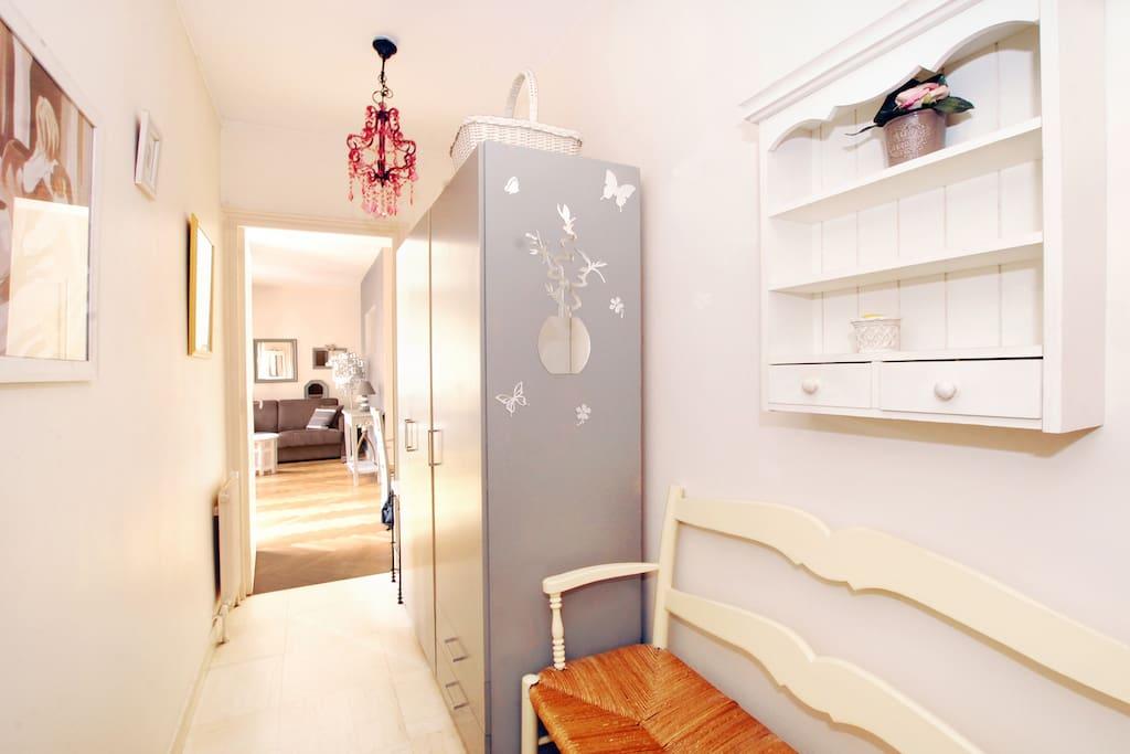 Couloir d'entrée avec grand placard et banc
