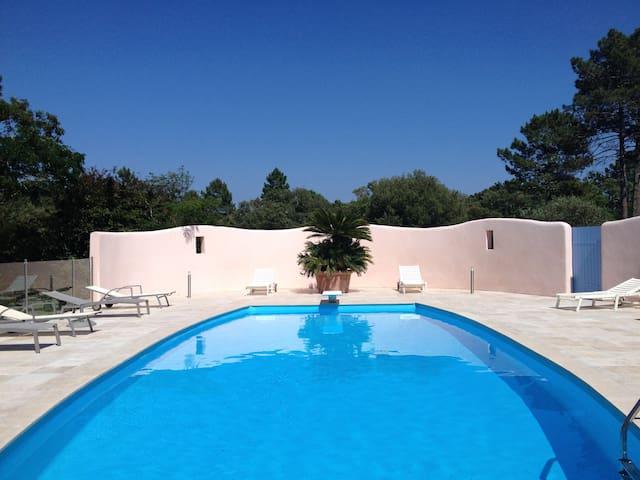 Maison avec grand jardin et piscine clôturée