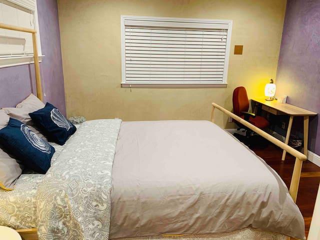 H7#独栋别墅内的独立房间,温馨安静,配套设施齐全,有两个共用卫生间可以使用。