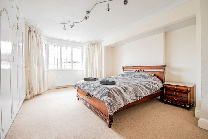 Beautiful Master Bedroom - 15min to Central London