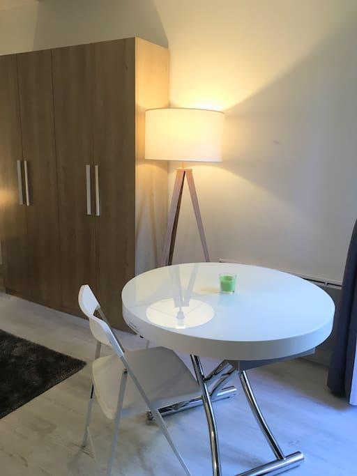 Table de salon (extensible) et lampadaire