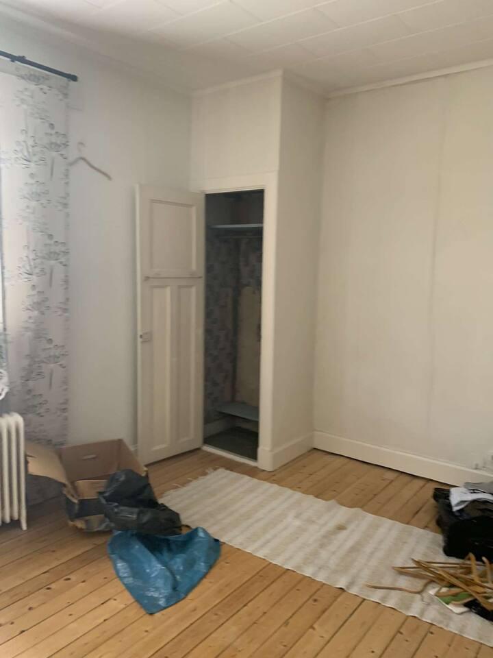 Omöblerat rum uthyres mitt i centrum