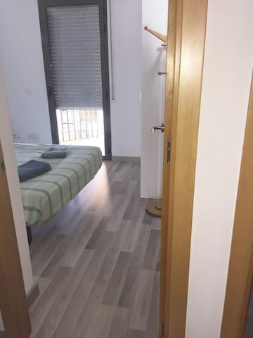 Acceso habitación secundaria. El baño se encuentra justo delante pero en el exterior de la habitación.