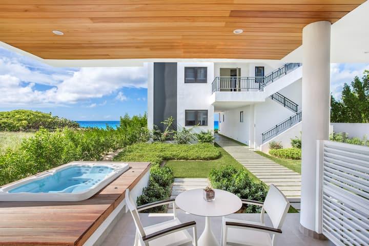 1 Bedroom Luxury Condo Seconds to Beach + Terrace & Hot Tub