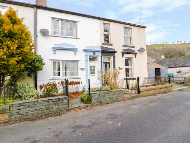 DASH COTTAGE, pet friendly, with open fire in Cockermouth, Ref 972505