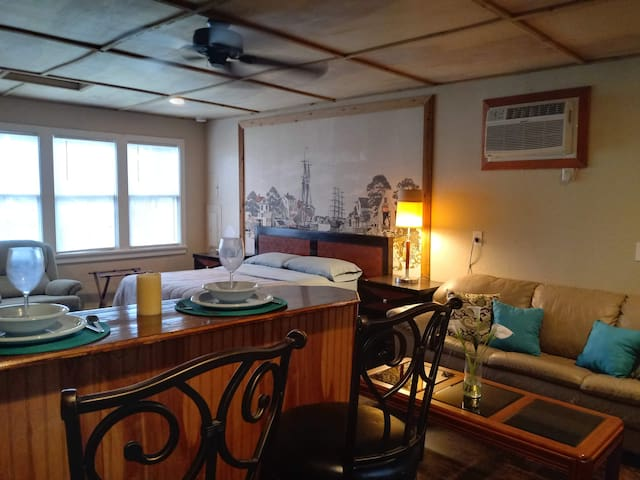 Large Waterfront King Suite -  Free WiFi & Kayaks