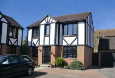 Lovely clean room 15 min walk from Hampton Court - East Molesey - Huis