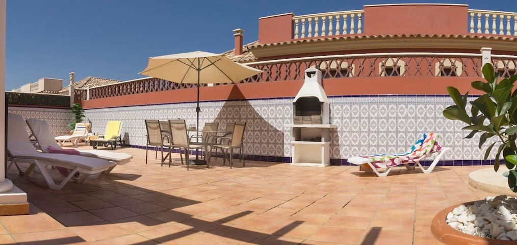 Villa Bondo: Sleeps 6. Heated Pool, Wifi, BBQ,
