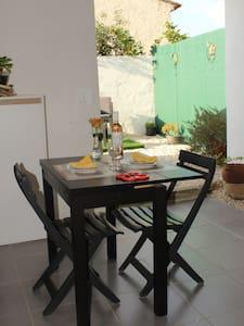 Studio avec terrasse, jardinet et parking privés