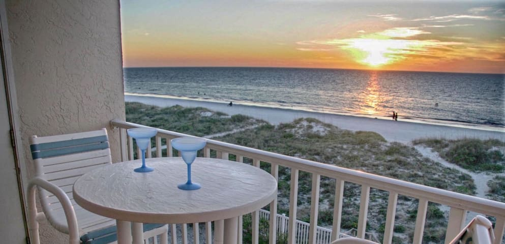 Beachfront 2br, 2 Bath condo-Directly on Beach!