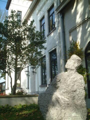 Des sculptures en pierre et en bronze réalisées par l'hôtesse ornent la maison et le grand jardin