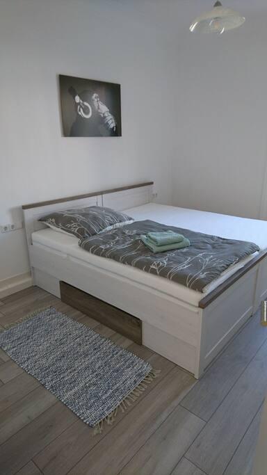 Kleines Schlafzimmer (Small Bedroom)