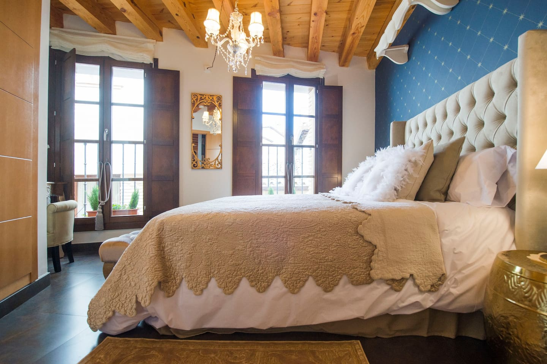 Elegante dormitorio.   Elegant bedroom.