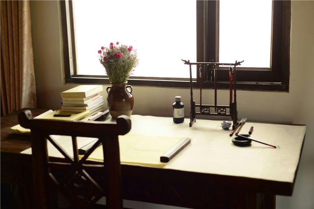 书房:大书法桌。