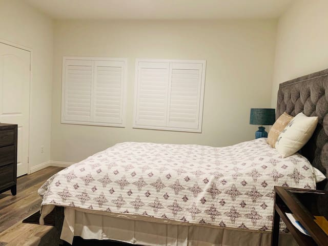Cozy private guest bedroom + bath near ONT airport