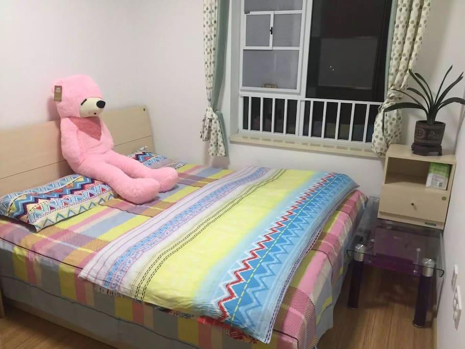 主卧 床1.8米宽2米长