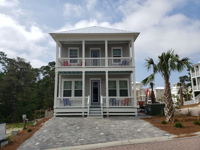 12 ppl 4 bed 3 baths 5 mins to beach pet friendly
