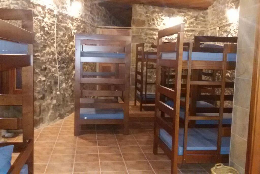 5 Beliches reforçadas (espaço para 10 pessoas) colchões e travesseiros revestidos com couro sintético