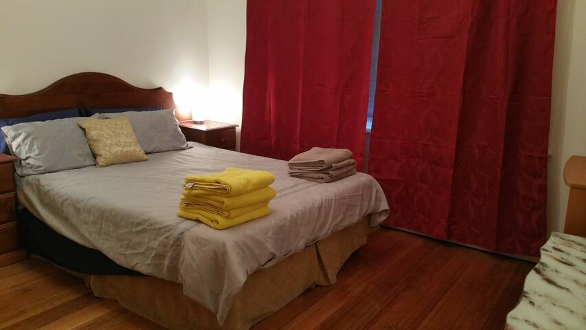 Furnished QUEEN room near public train in N.Coburg - Coburg North