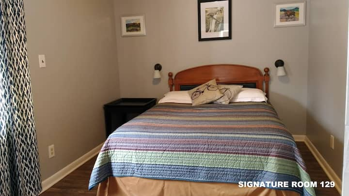 Gateway to the Rockies -Family Suite 129 - Signature 2 Queen in Separate Bedrooms, Futon, Kitchen