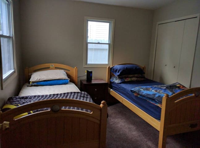 Relaxing Comfy Room in Ferndale Bungalow - Hazel Park - Talo
