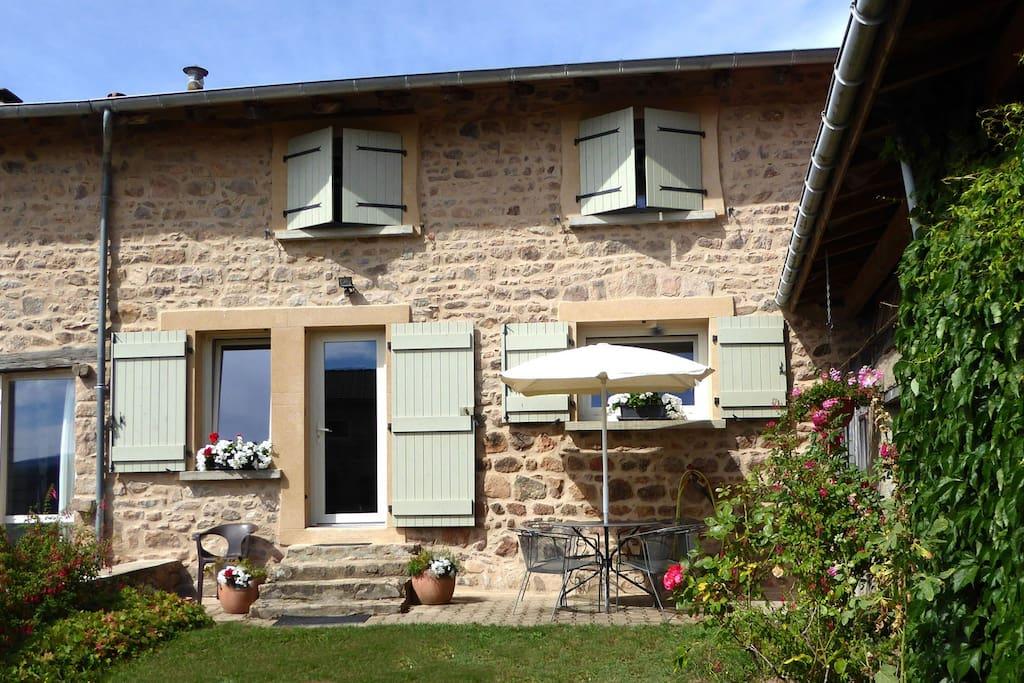 Gîte dans maison de campagne - Chauffailles - Sud-Brionnais - Bourgogne. L'entrée du gîte et la terrasse.