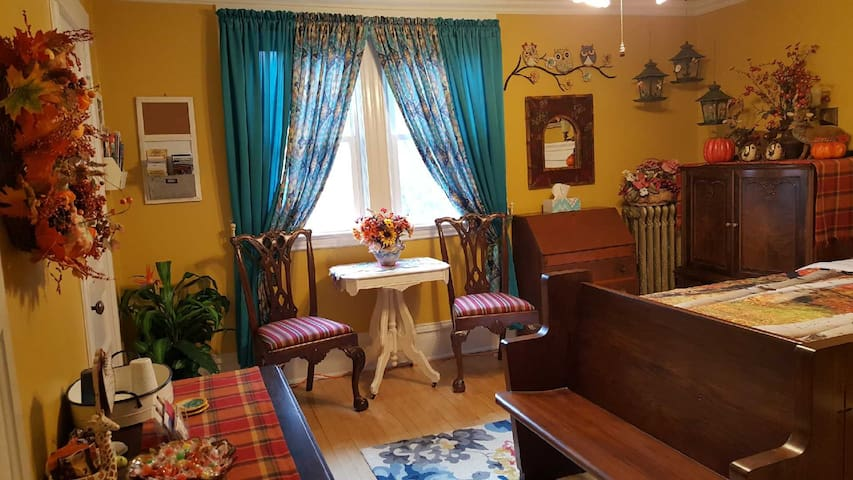Historical home w/breakfast & treats (Yellow Room)