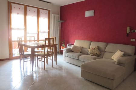 Spacious and bright double bedroom - 法諾(Fano) - 公寓