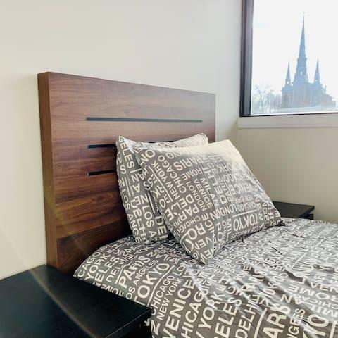 La vue de la chambre avec lit simple donne sur la Rivière Chaudière et l'église ancestrale du secteur Ouest.