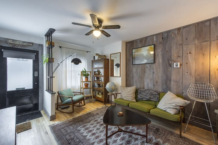 WARM APARTMENT IN THE HEART OF MONTREAL (GARDEN)